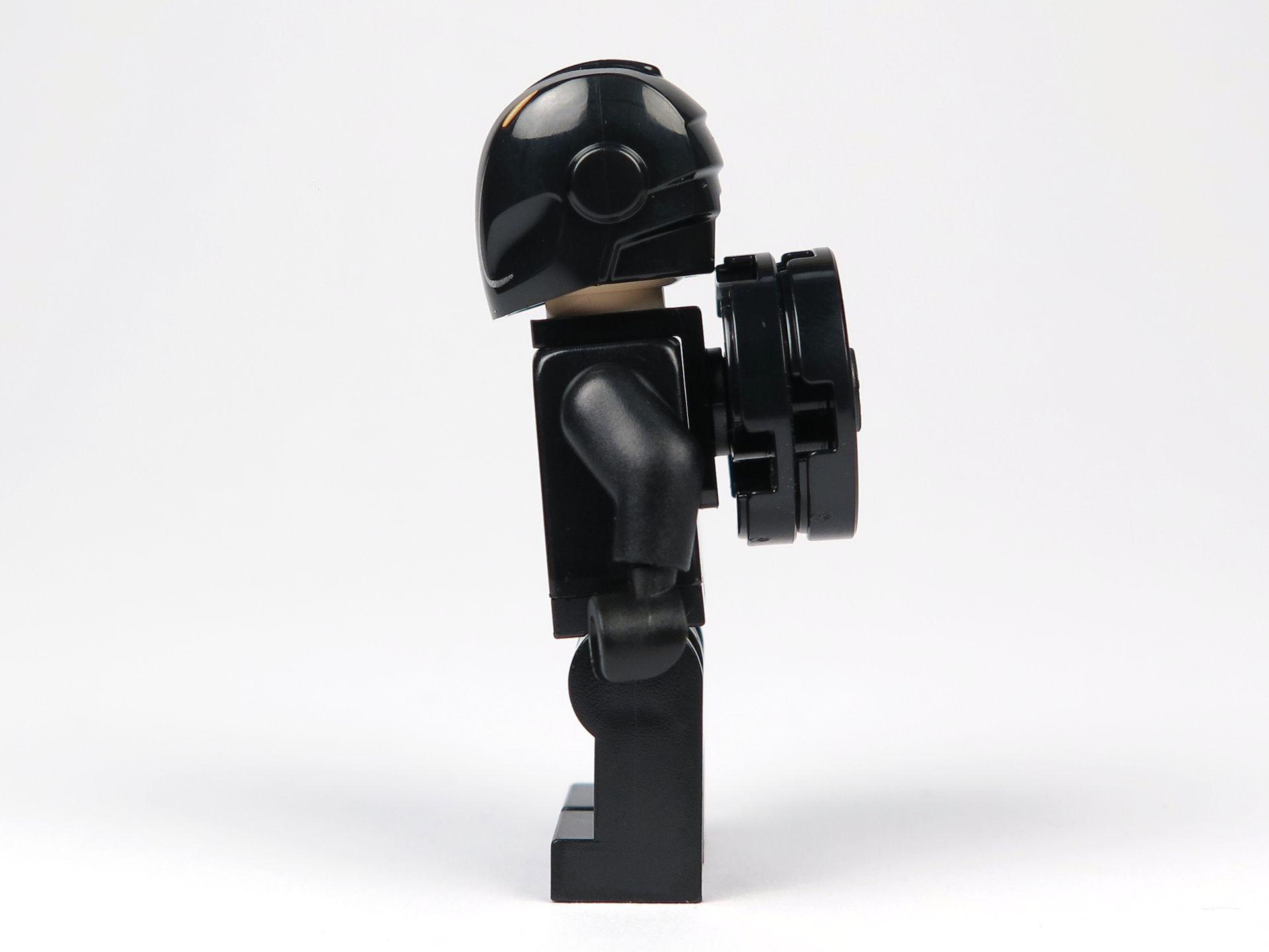 LEGO® Ideas TRON: Legacy (21314) - Rinzler mit Helm und Disc, linke Seite | ©2018 Brickzeit