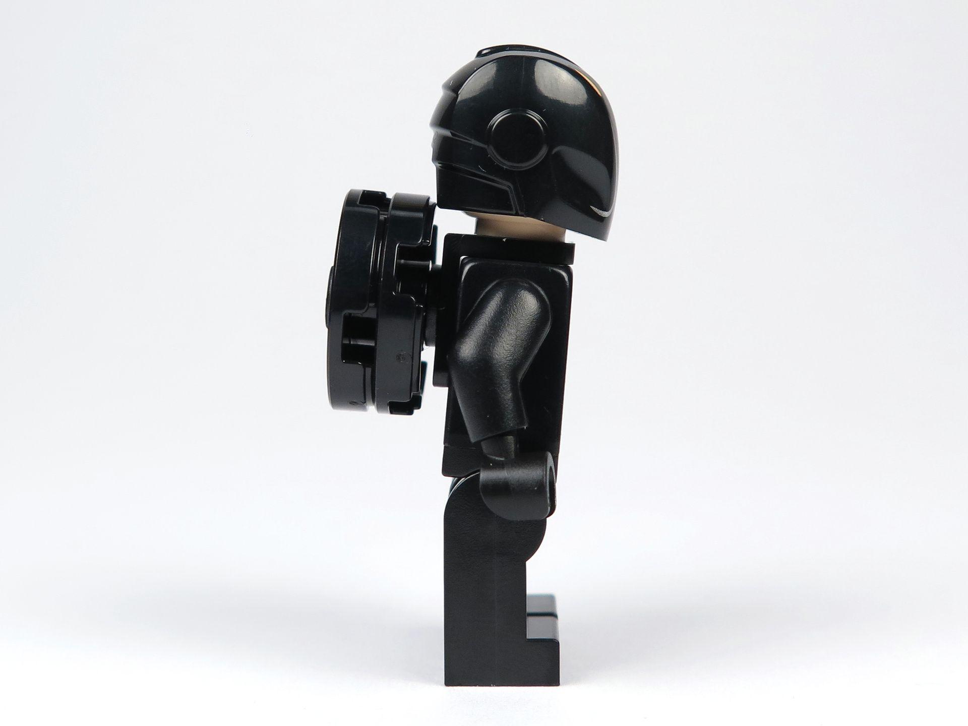 LEGO® Ideas TRON: Legacy (21314) - Rinzler mit Helm und Disc, rechte Seite | ©2018 Brickzeit