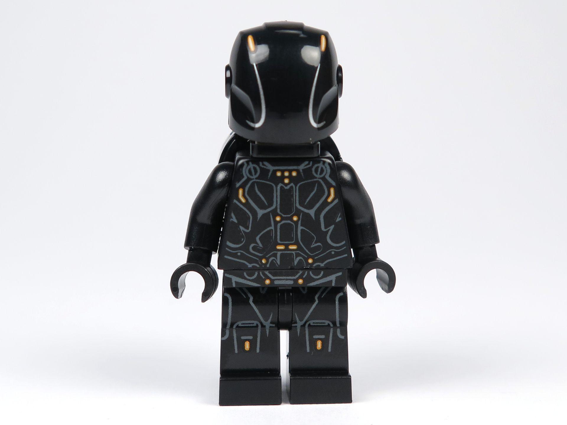 LEGO® Ideas TRON: Legacy (21314) - Rinzler mit Helm und Disc, Vorderseite | ©2018 Brickzeit