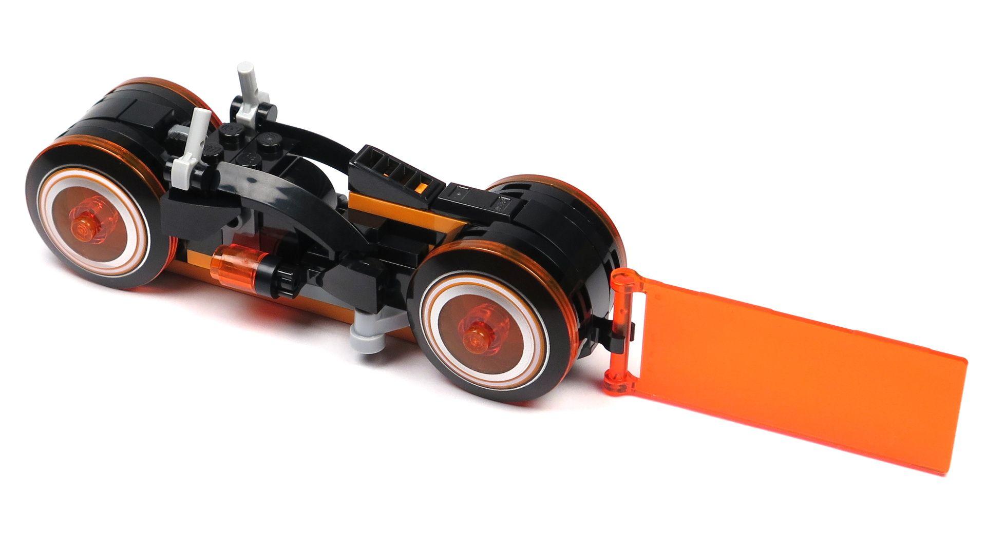 LEGO® Ideas TRON: Legacy (21314) - roter Lichtrenner Perspektive links hinten | ©2018 Brickzeit