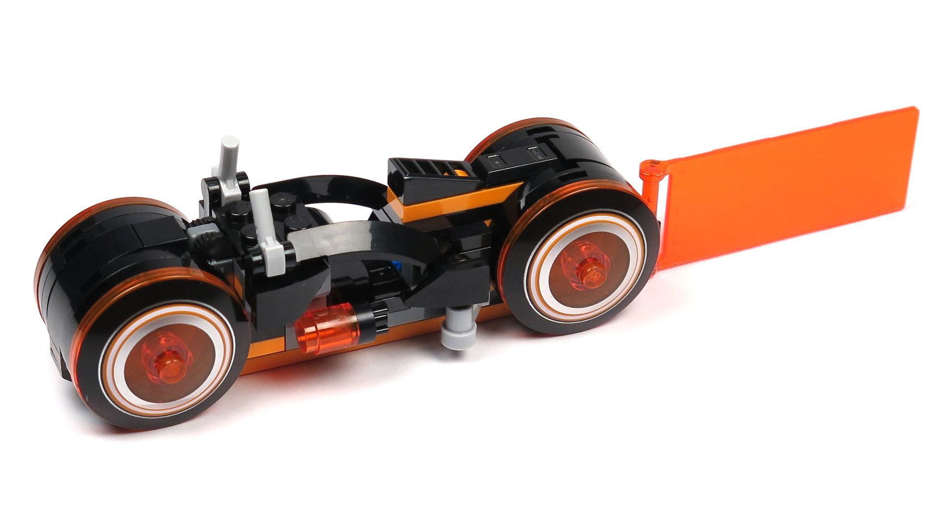 LEGO® Ideas TRON: Legacy (21314) - roter Lichtrenner Perspektive links vorne | ©2018 Brickzeit