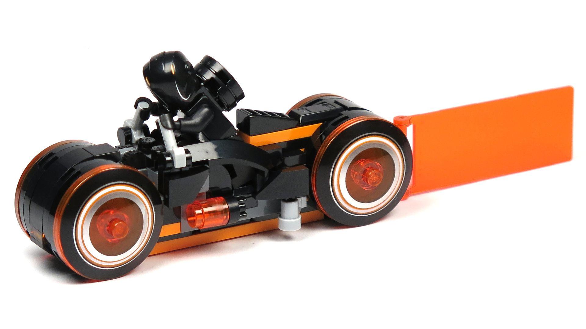 LEGO® Ideas TRON: Legacy (21314) - roter Lichtrenner mit Rinzler | ©2018 Brickzeit
