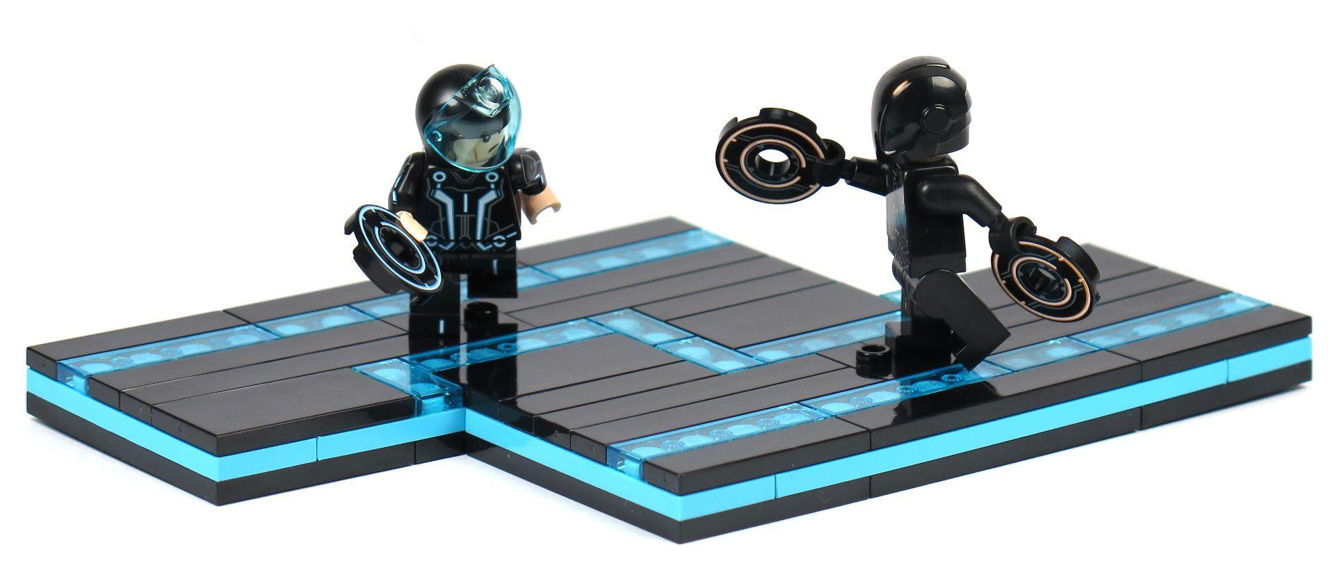 LEGO® Ideas TRON: Legacy (21314) - Sam Flynn vs. Rinzler - schmales Bild | ©2018 Brickzeit