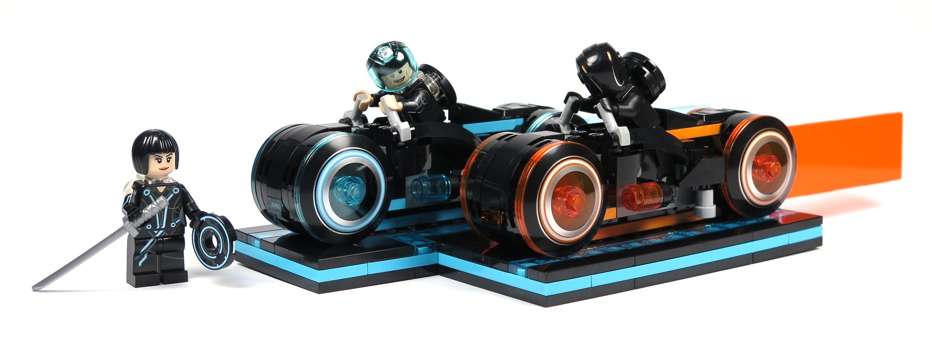 LEGO® Ideas TRON: Legacy (21314) - Set, schmal | ©2018 Brickzeit