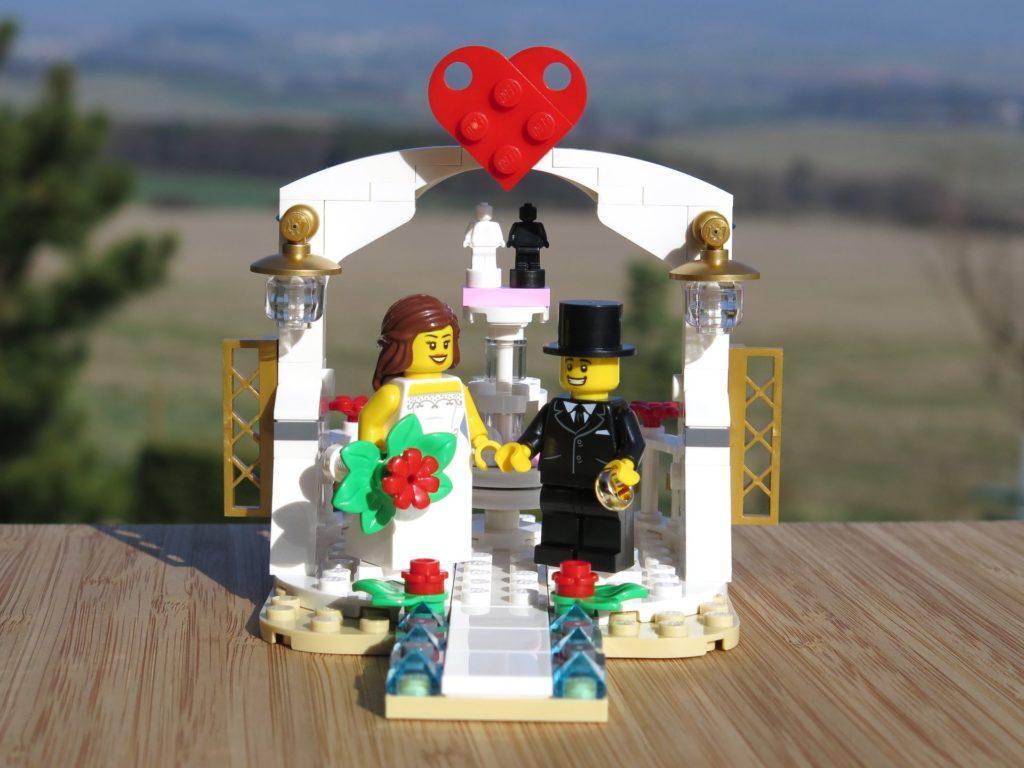 LEGO® Minifiguren Hochzeits-Set 2018 (40197) - Brautpaar vor Pavillon 2 | ©2018 Brickzeit