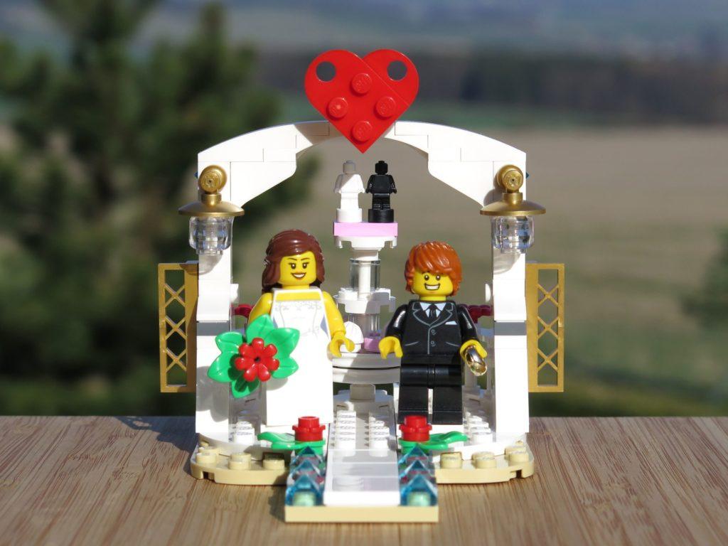 LEGO® Minifiguren Hochzeits-Set 2018 (40197) - Brautpaar vor Pavillon 4 | ©2018 Brickzeit