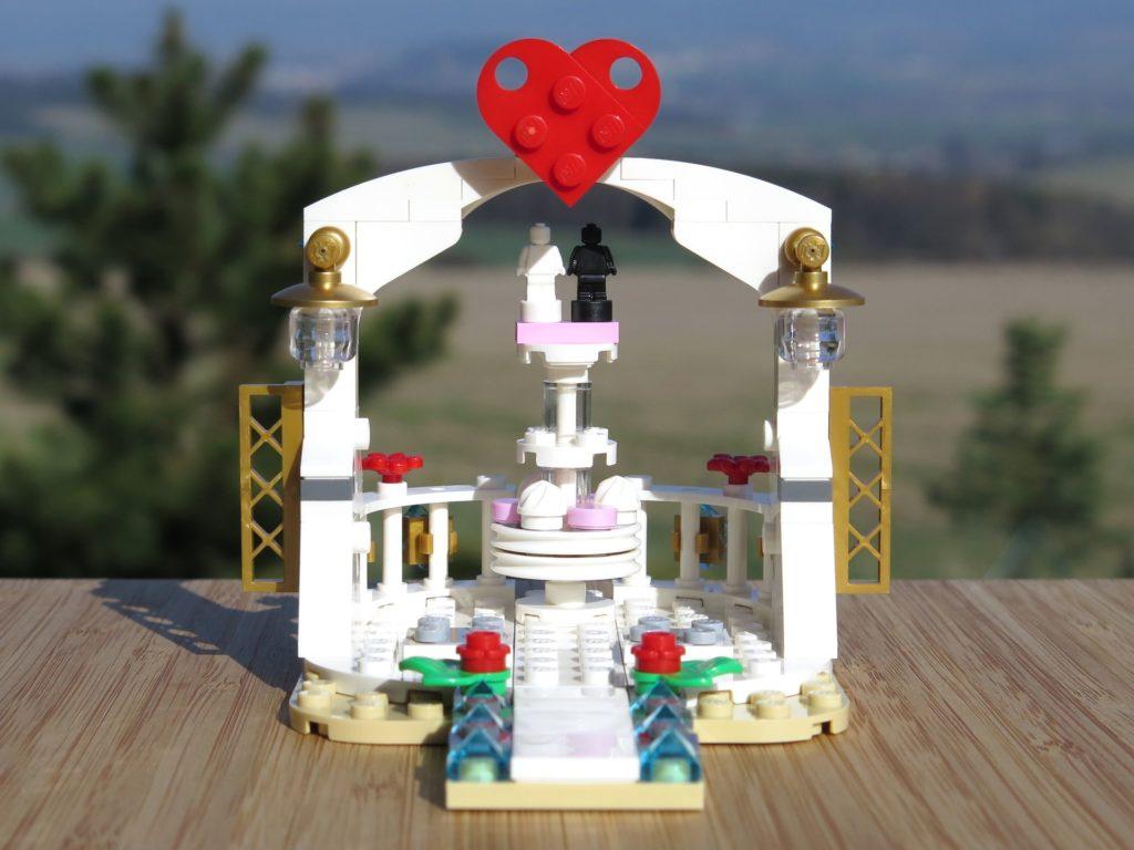 LEGO® Minifiguren Hochzeits-Set 2018 (40197) - Pavillon Vorderseite | ©2018 Brickzeit