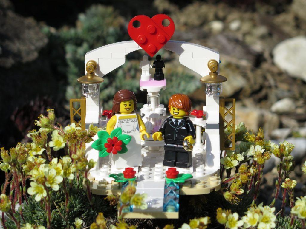 LEGO® Minifiguren Hochzeits-Set 2018 (40197) - Set in Blumen | ©2018 Brickzeit