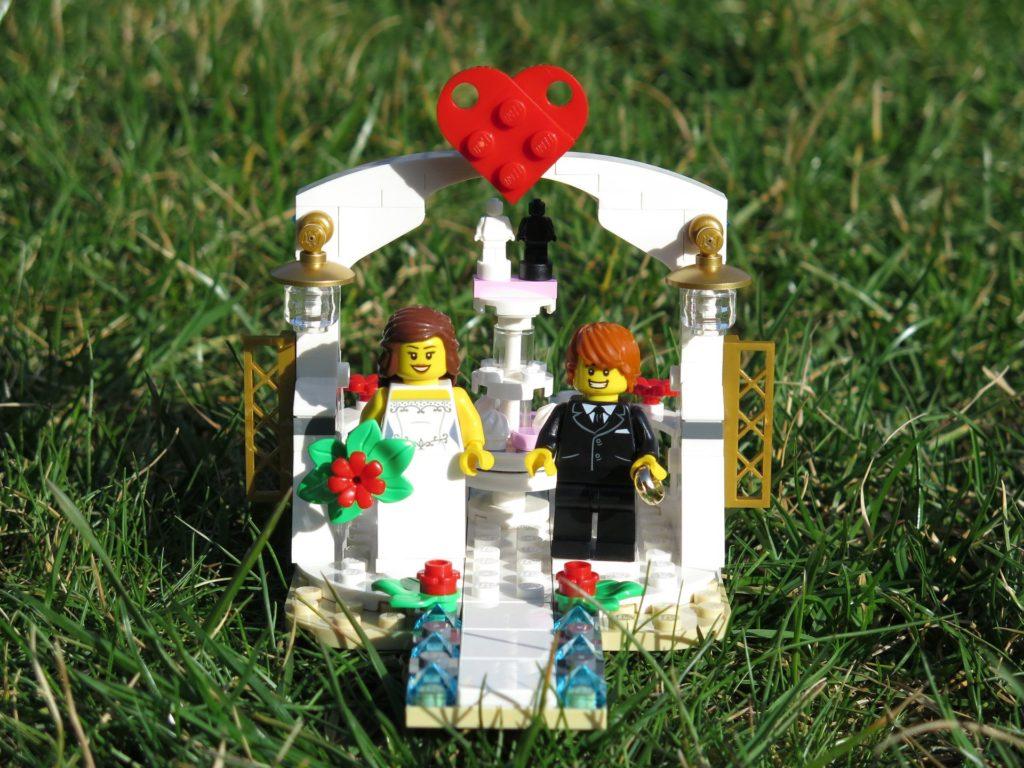 LEGO® Minifiguren Hochzeits-Set 2018 (40197) - Set im Gras | ©2018 Brickzeit