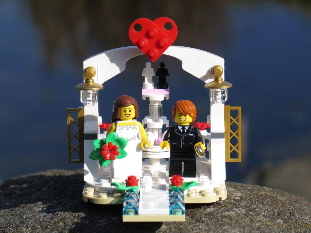 LEGO® Minifiguren Hochzeits-Set 2018 (40197) - Set vor Wasser | ©2018 Brickzeit