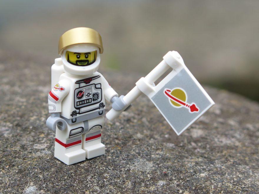 LEGO® Minifiguren Serie 15 (71011) - Astronaut schwenkt die Fahne | ©2018 Brickzeit