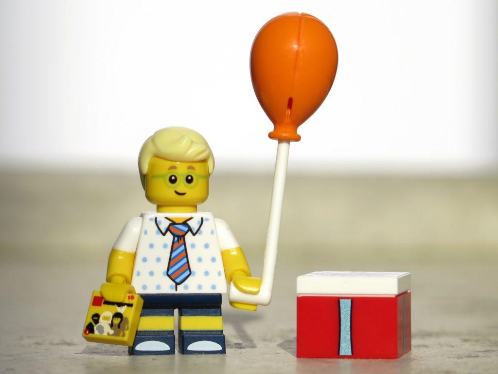 LEGO® Minifiguren Serie 18 (71021) - Jung mit Ballon | ©2018 Brickzeit