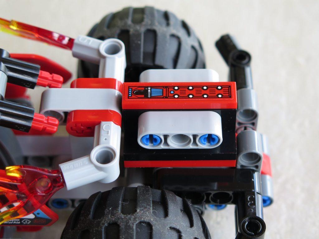 LEGO® Technic BUMMS! (42073) - Motorblock auf Fahrzeug | ©2018 Brickzeit