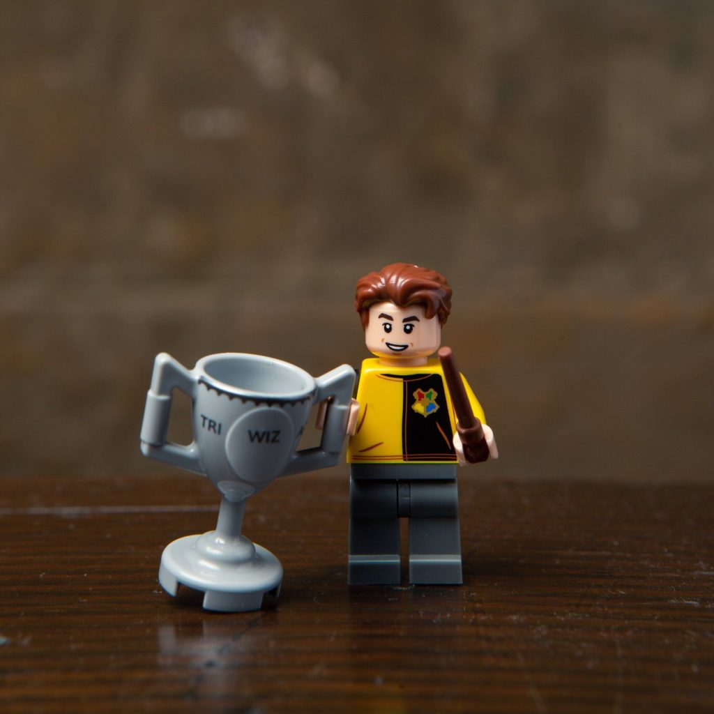 LEGO® Harry Potter Minifiguren Serie (71022) - Cedric Diggory mit dem Trimagischen Pokal | ©2018 LEGO Gruppe