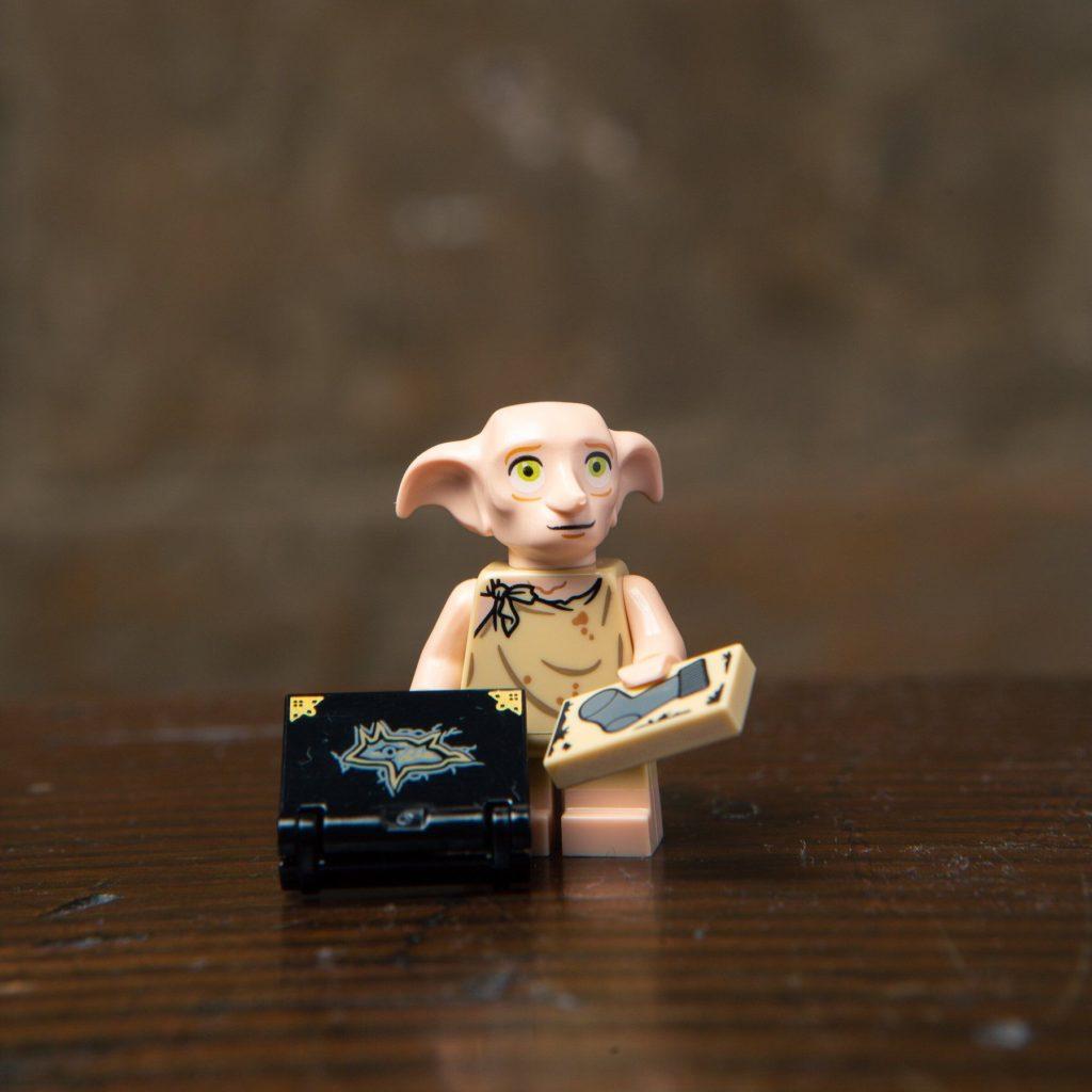 LEGO® Harry Potter Minifiguren Serie (71022) - Dobby mit Socke | ©2018 LEGO Gruppe