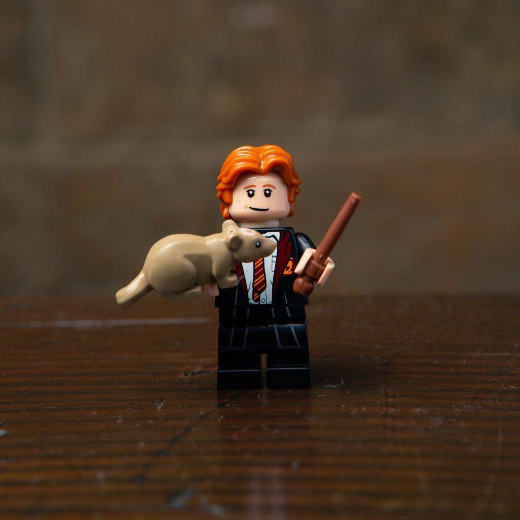 LEGO® Harry Potter Minifiguren Serie (71022) - Ron Weasley mit Ratte Krätze | ©2018 LEGO Gruppe