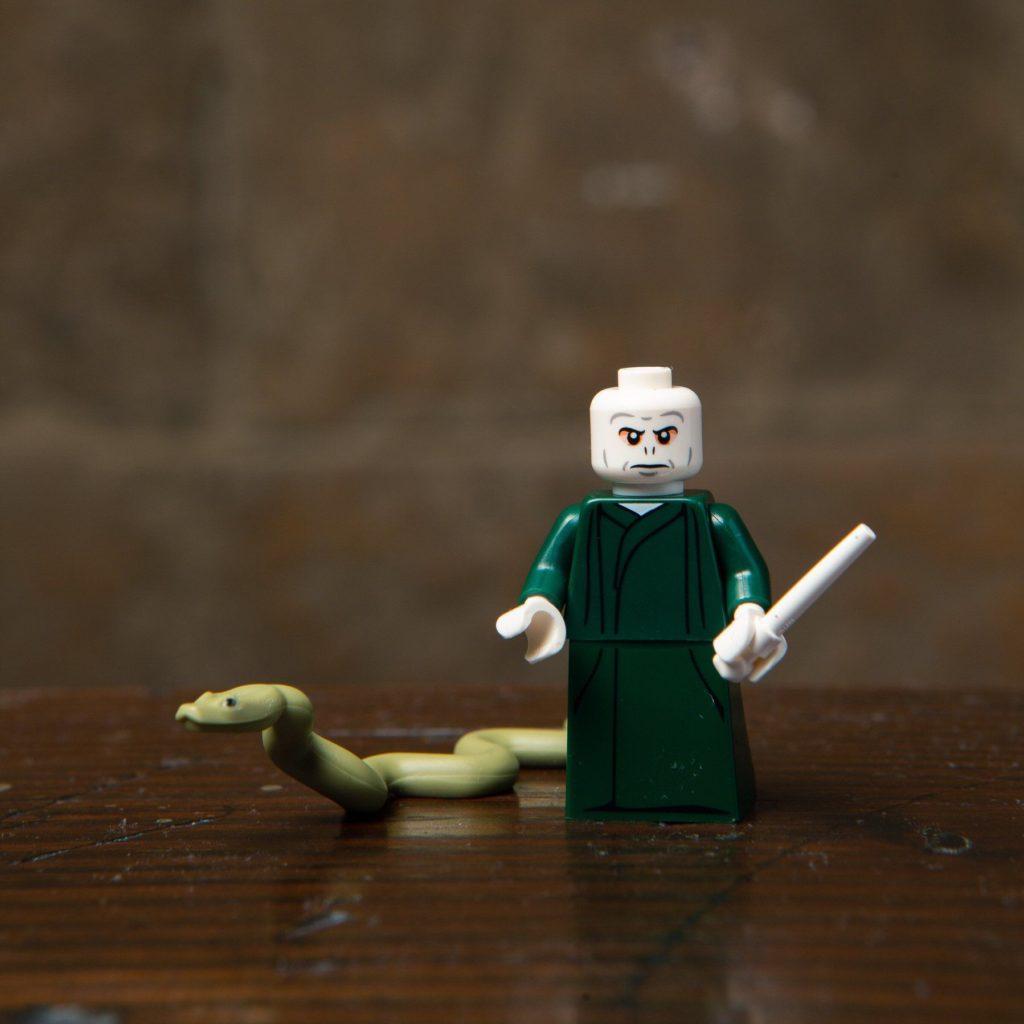 LEGO® Harry Potter Minifiguren Serie (71022) - Voldermort mit Schlange Nagini | ©2018 LEGO Gruppe