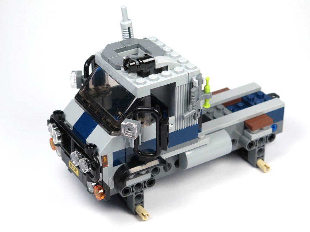 LEGO® Jurassic World Carnotaurus (75929) - Bauabschnitt 1 - Fahrzeug ohne Räder, vorne links | ©2018 Brickzeit