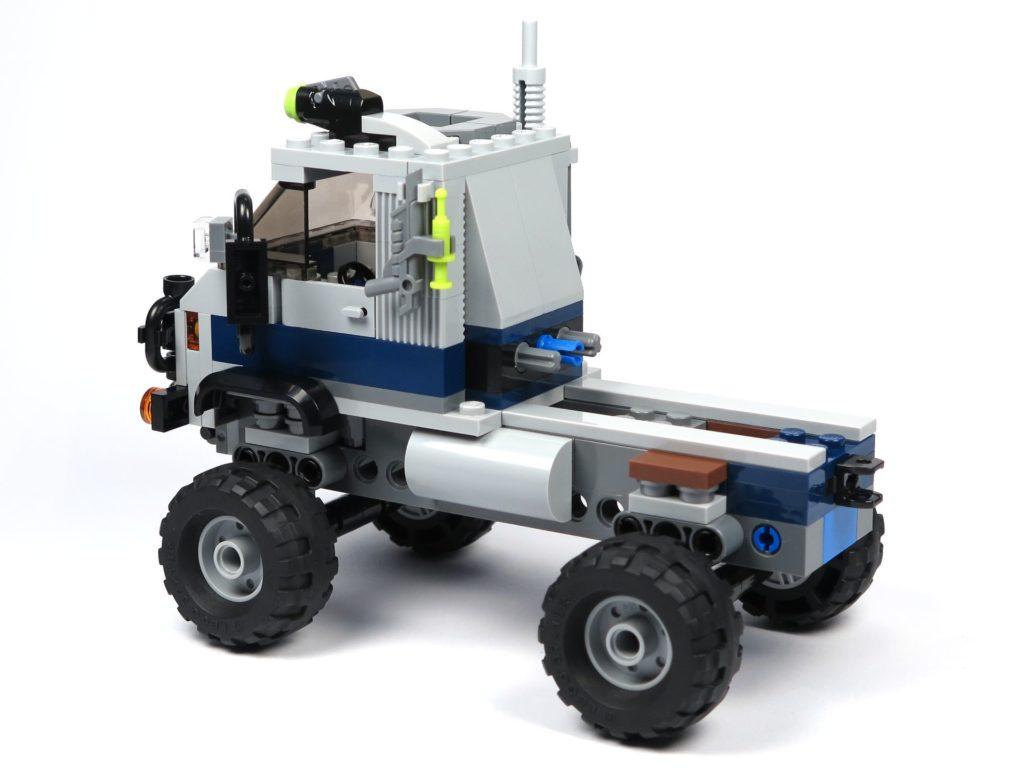 LEGO® Jurassic World Carnotaurus (75929) - Bauabschnitt 1 - Fahrzeug mit Rädern, hinten links | ©2018 Brickzeit