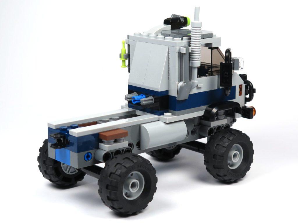 LEGO® Jurassic World Carnotaurus (75929) - Bauabschnitt 1 - Fahrzeug mit Rädern, hinten rechts | ©2018 Brickzeit