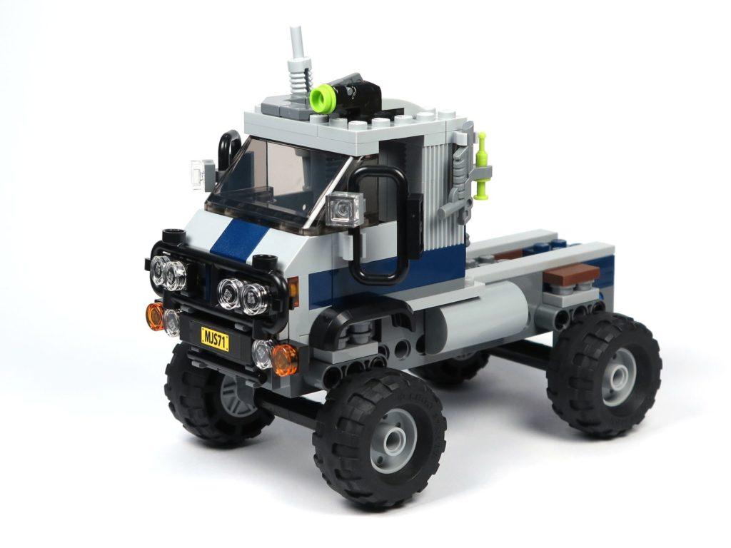 LEGO® Jurassic World Carnotaurus (75929) - Bauabschnitt 1 - Fahrzeug mit Rädern, vorne links | ©2018 Brickzeit