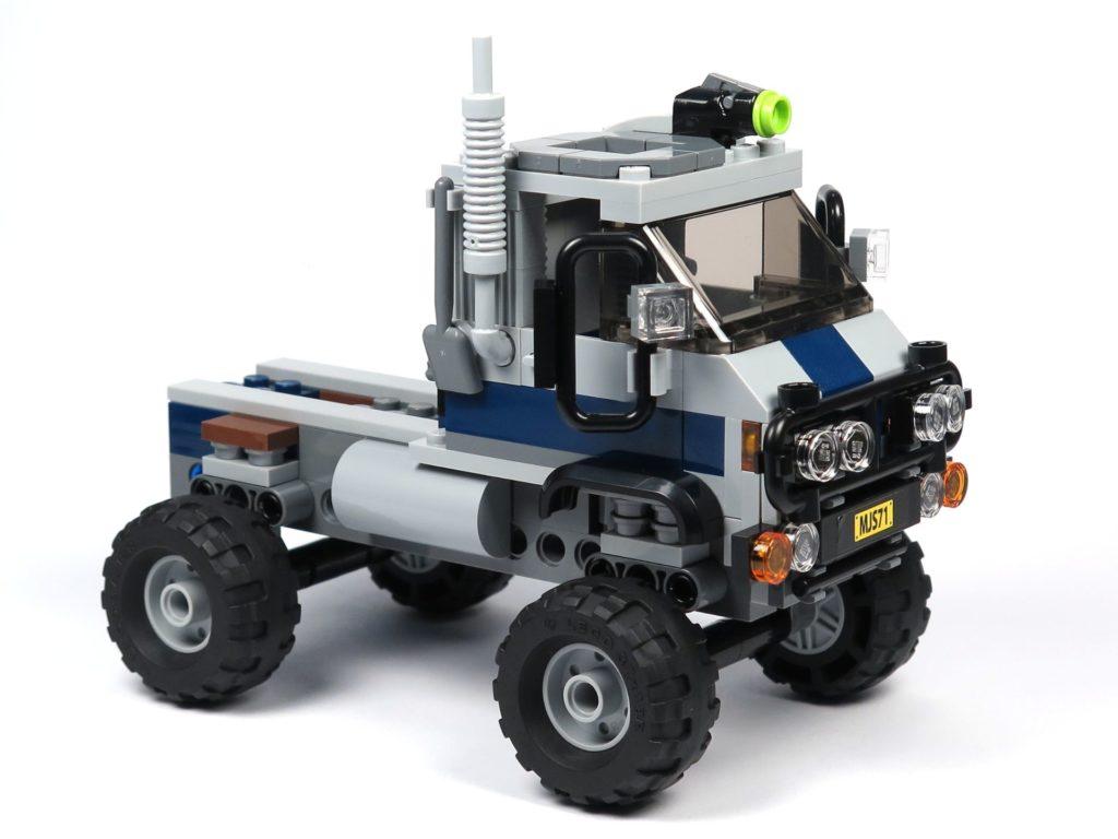 LEGO® Jurassic World Carnotaurus (75929) - Bauabschnitt 1 - Fahrzeug mit Rädern, vorne rechts | ©2018 Brickzeit