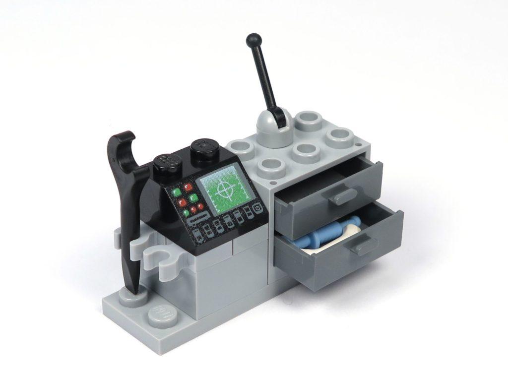 LEGO® Jurassic World Carnotaurus (75929) - Bauabschnitt 2 - Forschertechnik, Schulbladen offen, Perspektive | ©2018 Brickzeit