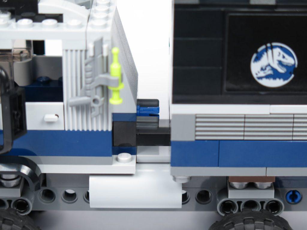 LEGO® Jurassic World Carnotaurus (75929) - Bauabschnitt 2 - Laderaum wird mit Truck verbnden | ©2018 Brickzeit