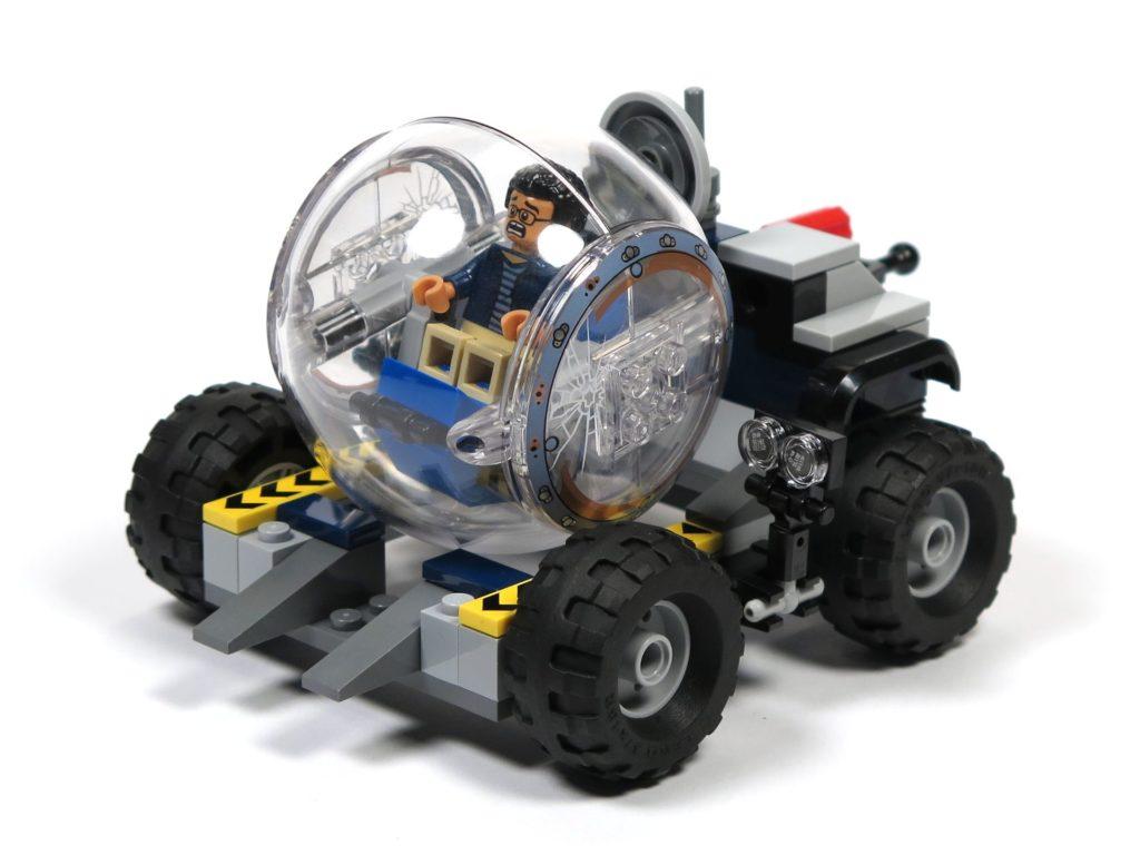 LEGO® Jurassic World Carnotaurus (75929) - Bauabschnitt 3 - Anhänger mit Gyrosphere hinten rechts | ©2018 Brickzeit