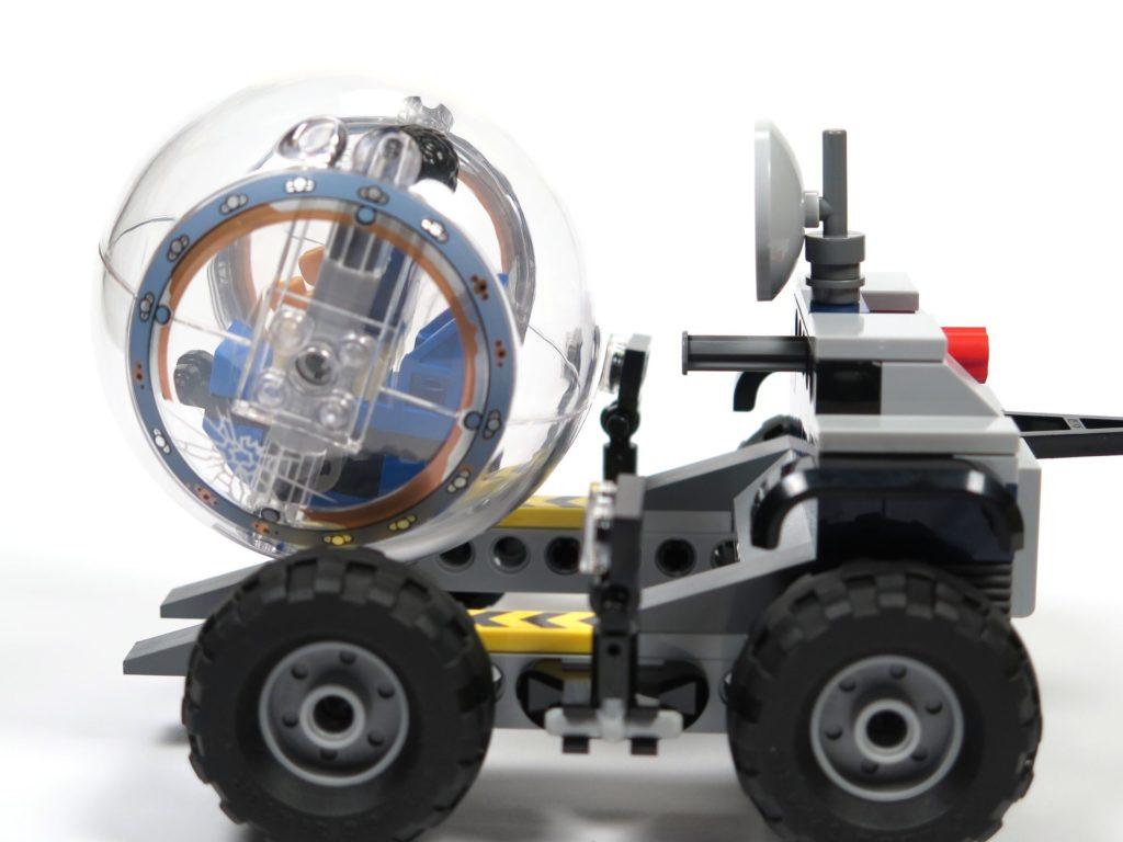 LEGO® Jurassic World Carnotaurus (75929) - Bauabschnitt 3 - Anhänger mit Gyrosphere seitlich 2 | ©2018 Brickzeit