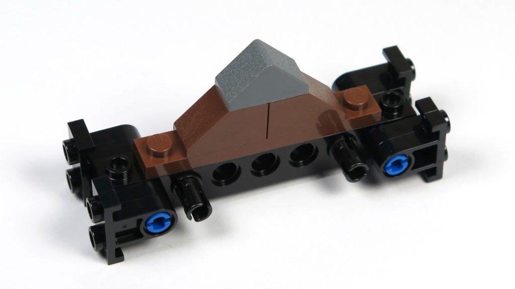 LEGO® Jurassic World Carnotaurus (75929) - Bauabschnitt 4, Teil 4 - Giebel, Vorderseite | ©2018 Brickzeit