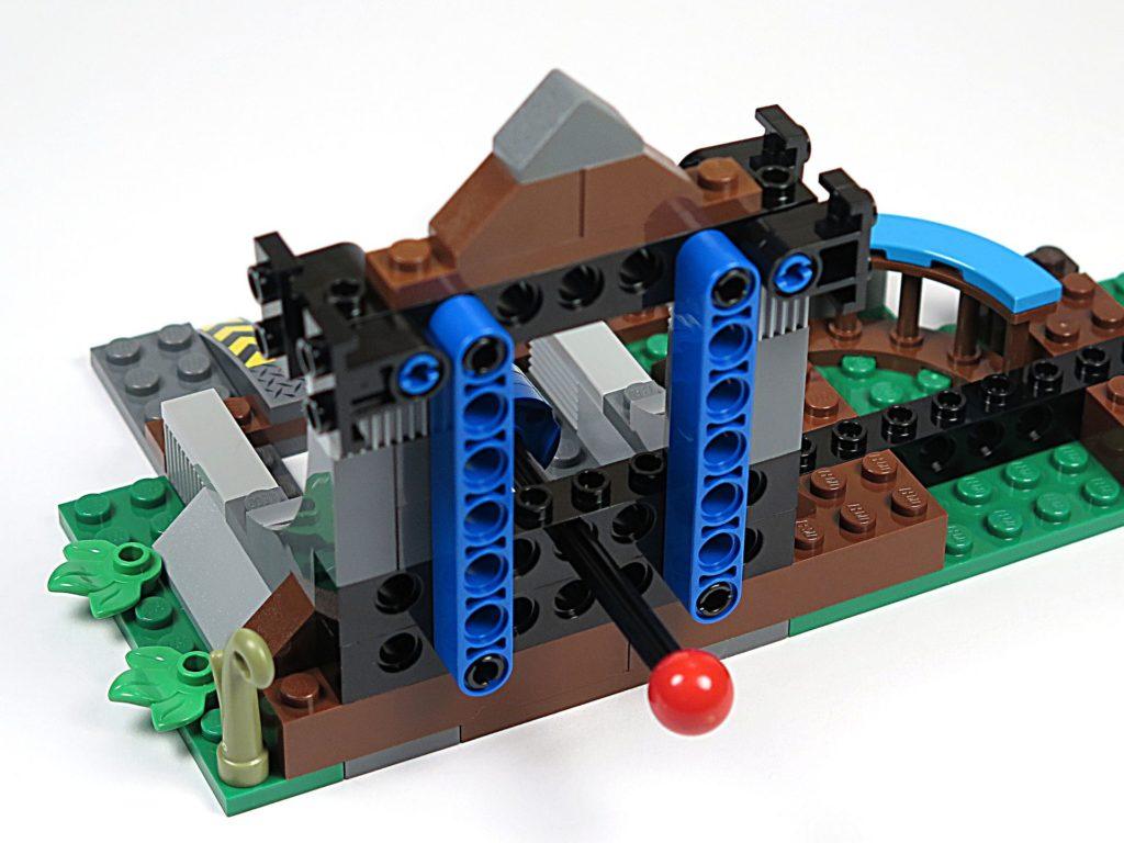 LEGO® Jurassic World Carnotaurus (75929) - Bauabschnitt 4, Teil 4 - Giebel fixiert | ©2018 Brickzeit