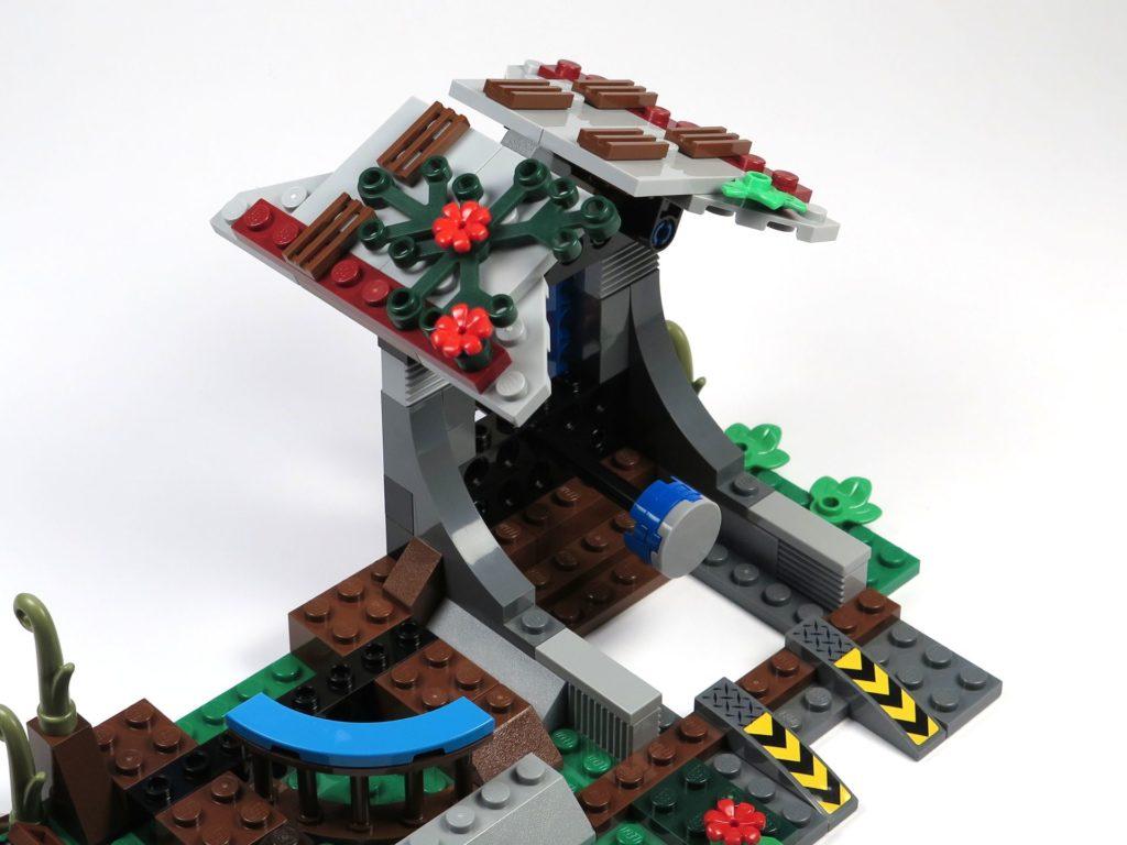 LEGO® Jurassic World Carnotaurus (75929) - Bauabschnitt 4, Teil 5 - Dachplattern montiert und angewinkelt | ©2018 Brickzeit