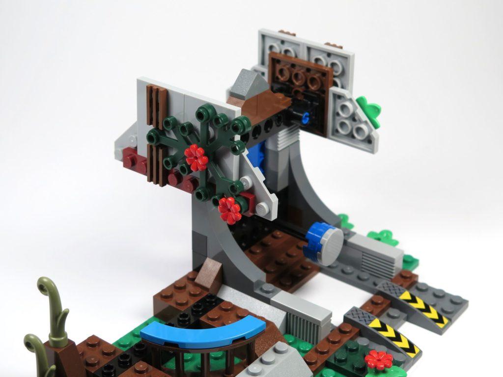 LEGO® Jurassic World Carnotaurus (75929) - Bauabschnitt 4, Teil 5 - Dachplattern montiert | ©2018 Brickzeit