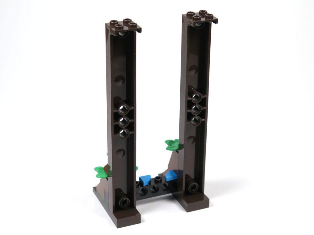 LEGO® Jurassic World Carnotaurus (75929) - Bauabschnitt 5, Teil 1 - Turmbau begonnen, Rückseite | ©2018 Brickzeit