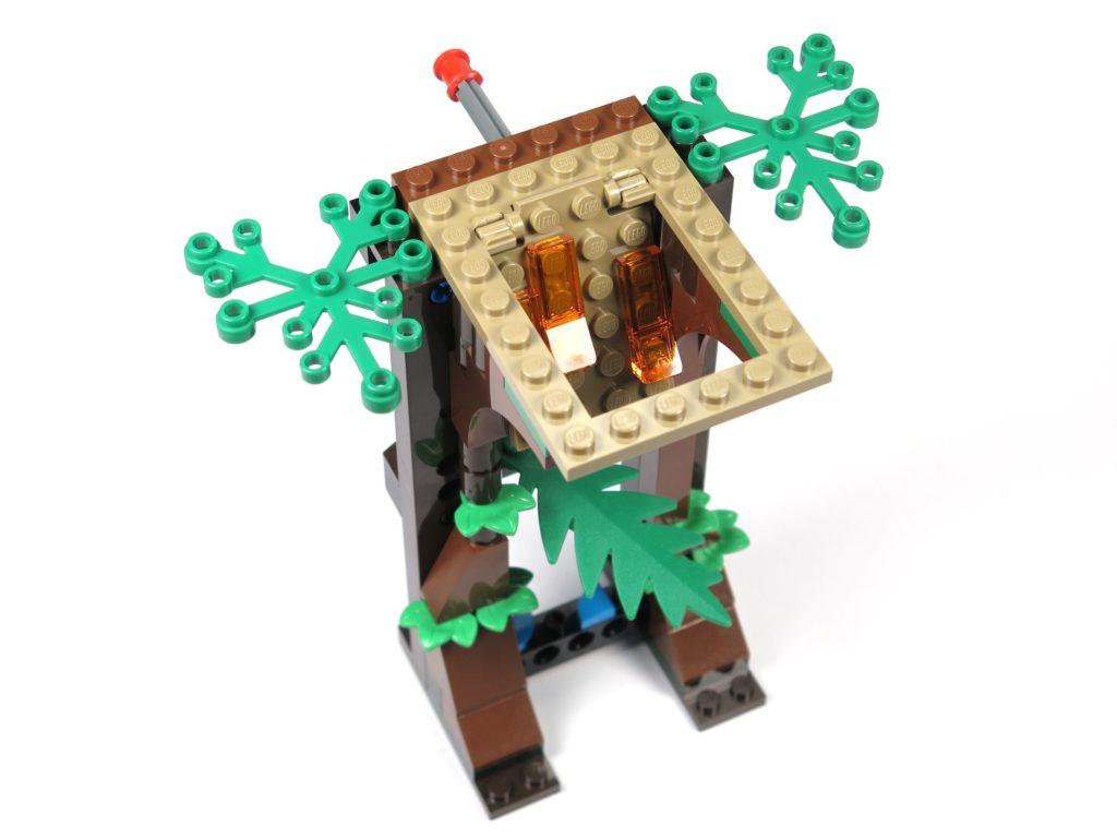 LEGO® Jurassic World Carnotaurus (75929) - Bauabschnitt 5, Teil 3 - Klappe mit Lava offen | ©2018 Brickzeit