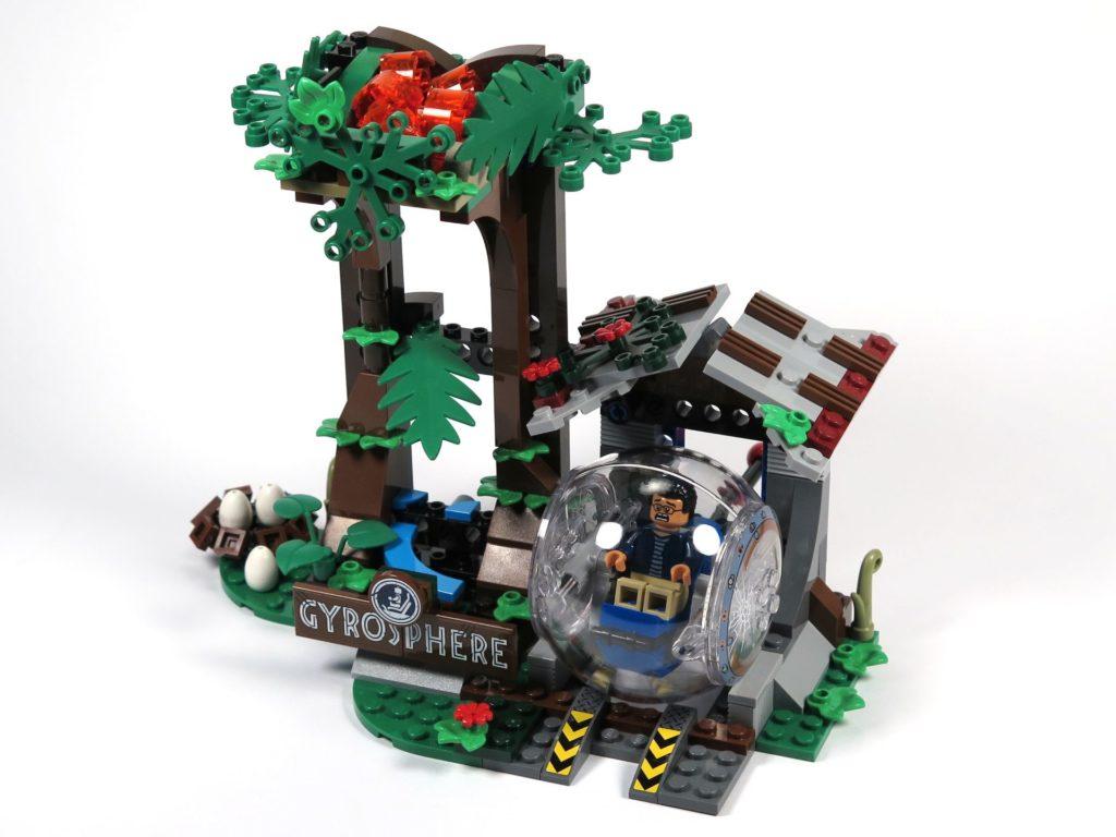 LEGO® Jurassic World Carnotaurus (75929) - Gyrosphere bei Startpunkt am Haus, Perspektive | ©2018 Brickzeit