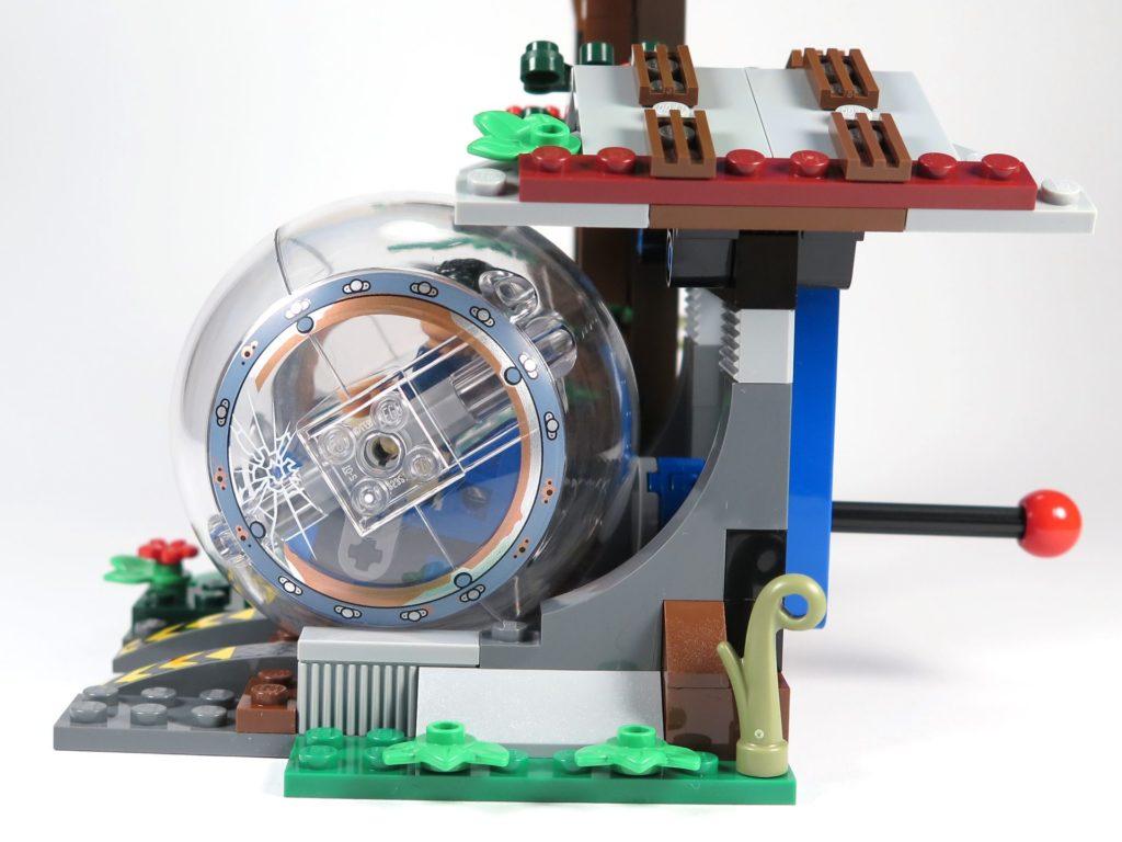 LEGO® Jurassic World Carnotaurus (75929) - Gyrosphere bei Startpunkt am Haus, seitlich | ©2018 Brickzeit