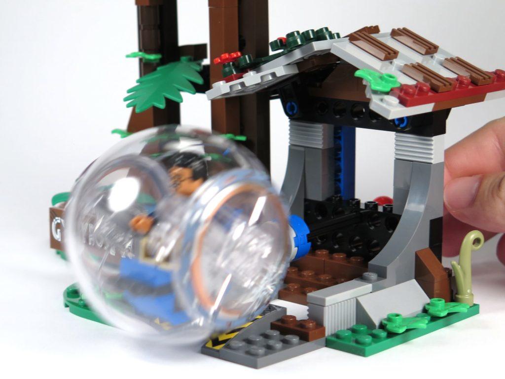 LEGO® Jurassic World Carnotaurus (75929) - Gyrosphere angeschoben bei Häuschen | ©2018 Brickzeit