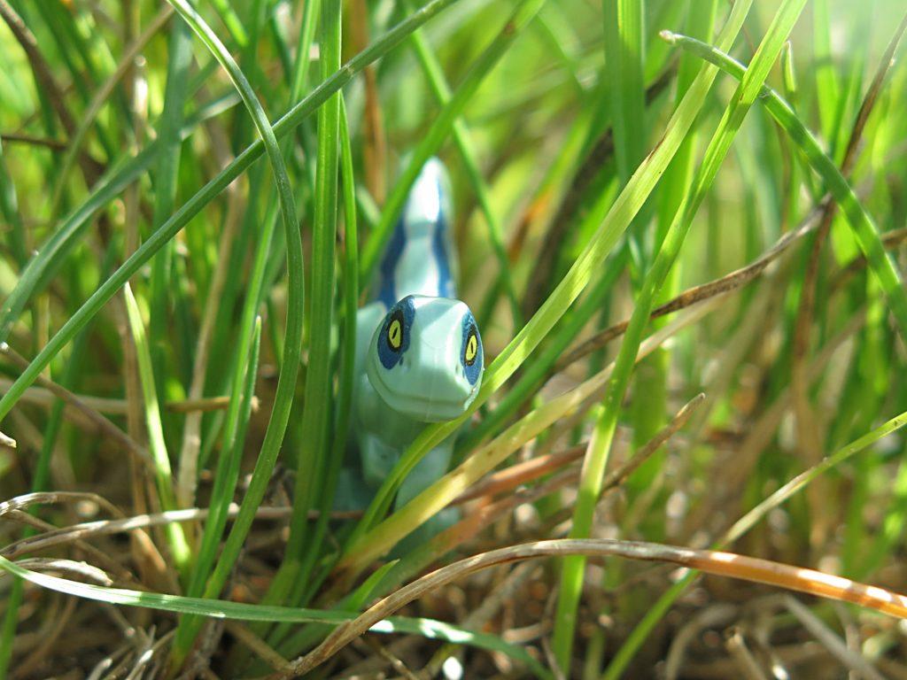 LEGO® Jurassic World™ Spielgehege für Baby-Velociraptor (30382) - Blue schleicht sich im Gras an | ®2018 Brickzeit
