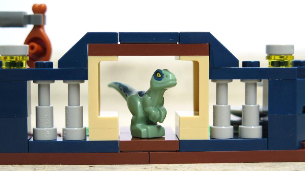 LEGO® Jurassic World™ Spielgehege für Baby-Velociraptor (30382) - Blue am Eingang | ®2018 Brickzeit