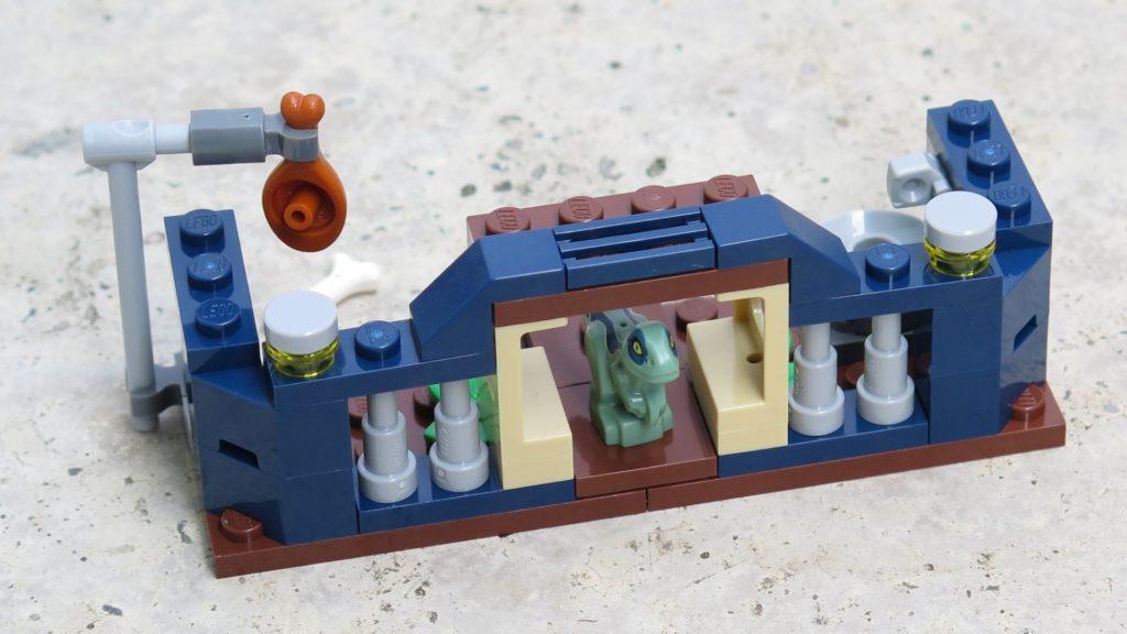 LEGO® Jurassic World™ Spielgehege für Baby-Velociraptor (30382) - Außenbereich | ®2018 Brickzeit