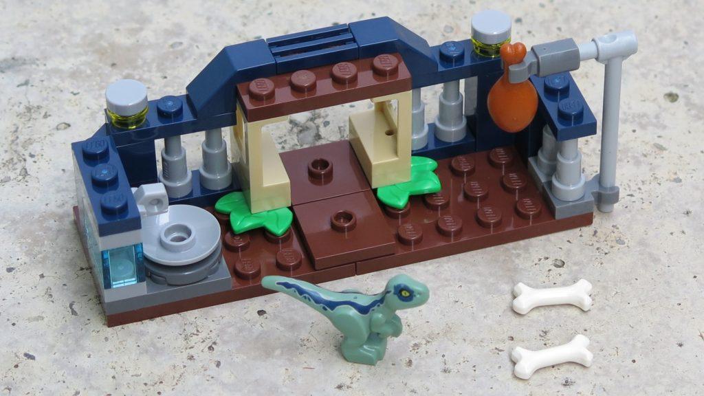 LEGO® Jurassic World™ Spielgehege für Baby-Velociraptor (30382) - Innenbereich | ®2018 Brickzeit