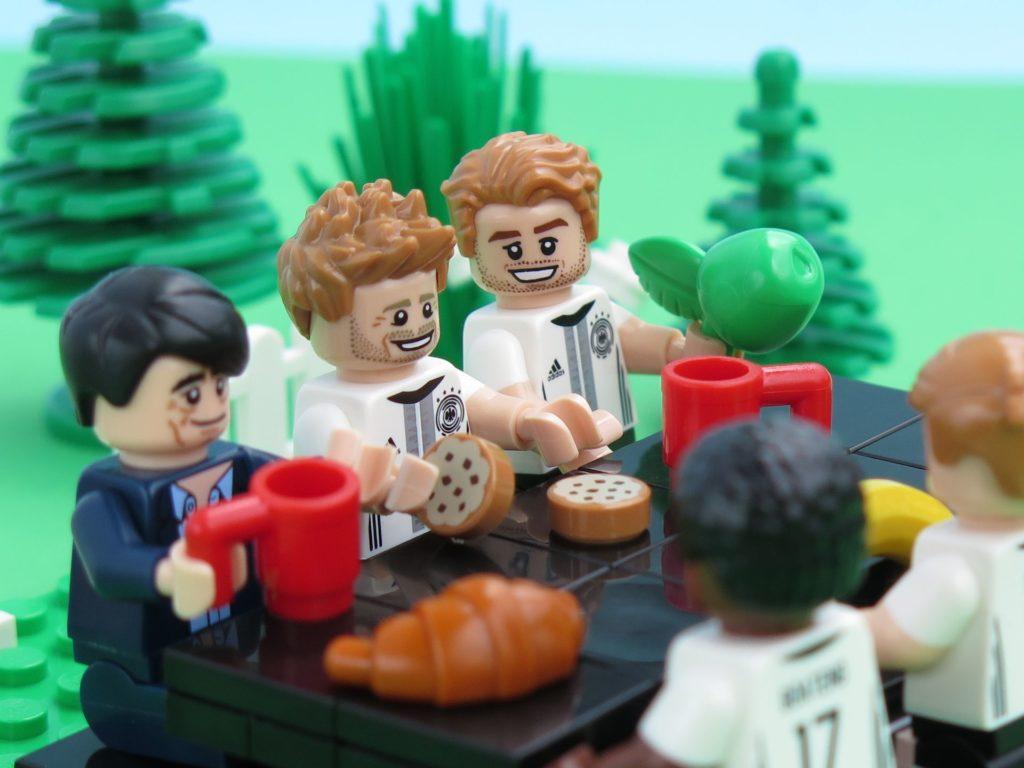 Deutsche LEGO® Nationalmannschafft entspannt beim Frühstück | ©2018 Brickzeit