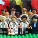 Deutsche LEGO® Nationalmannschafft - Gruppenaufstellung vor Schwarz-Rot-Gold 1 | ©2018 Brickzeit