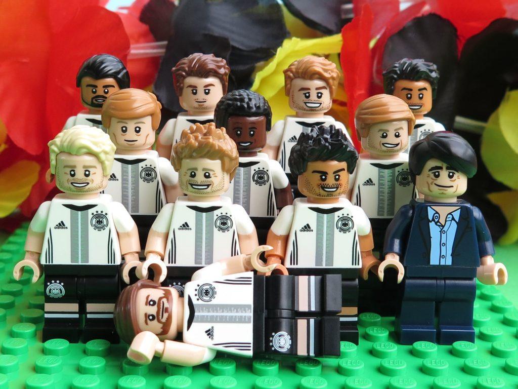 Deutsche LEGO® Nationalmannschafft - Gruppenaufstellung vor Schwarz-Rot-Gold 2 | ©2018 Brickzeit
