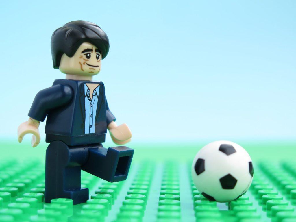 LEGO® Jogi Löw testet wie der Ball rollt | ©2018 Brickzeit