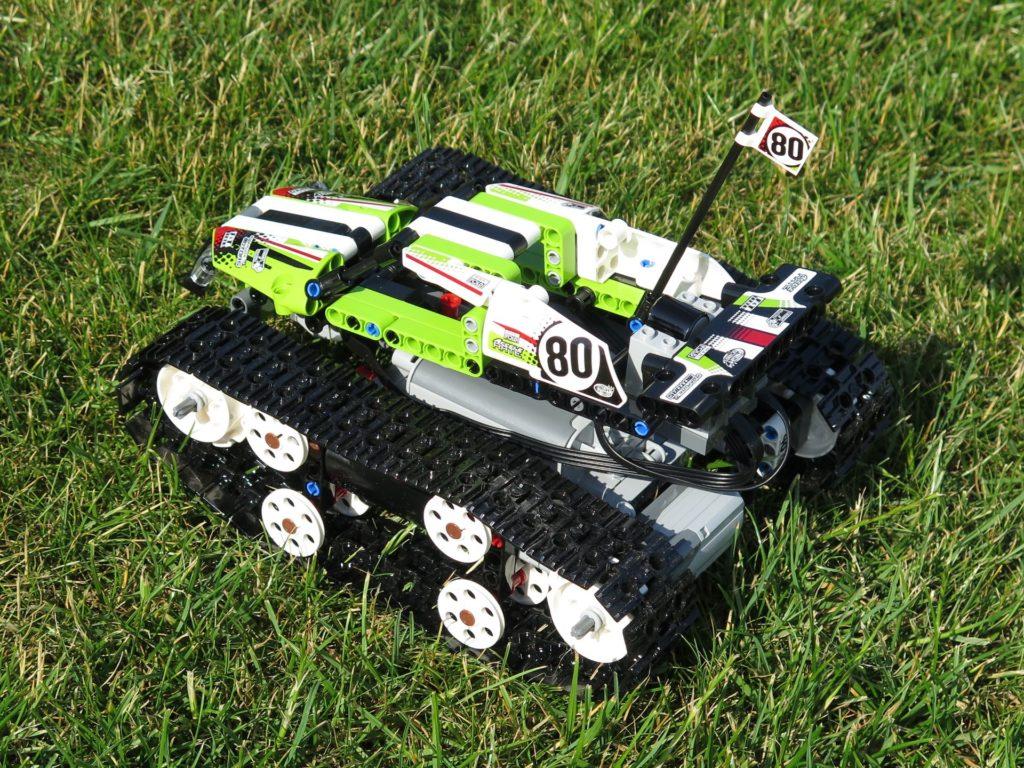 LEGO® Technic Ferngesteuerter Tracked Racer (42065) - auf Gras, links hinten | ©2018 Brickzeit