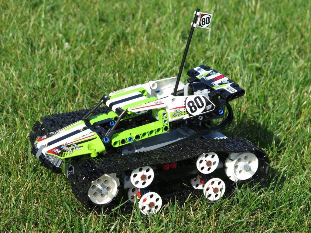 LEGO® Technic Ferngesteuerter Tracked Racer (42065) - auf Gras, links vorne | ©2018 Brickzeit