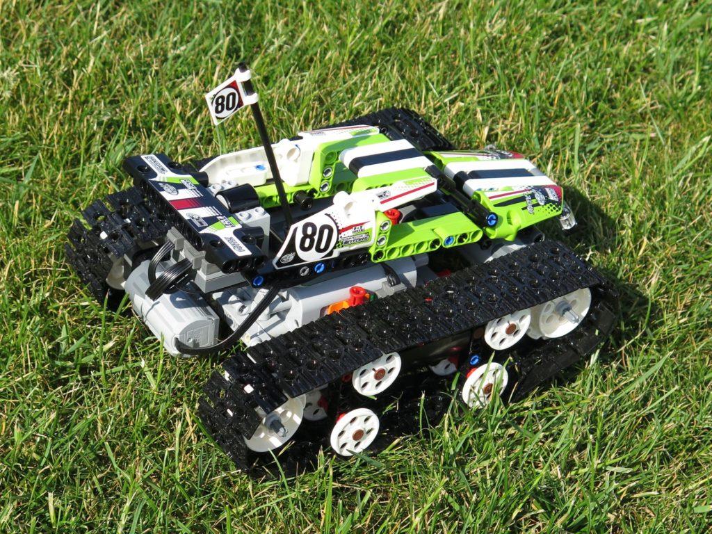 LEGO® Technic Ferngesteuerter Tracked Racer (42065) - auf Gras, rechts hinten | ©2018 Brickzeit